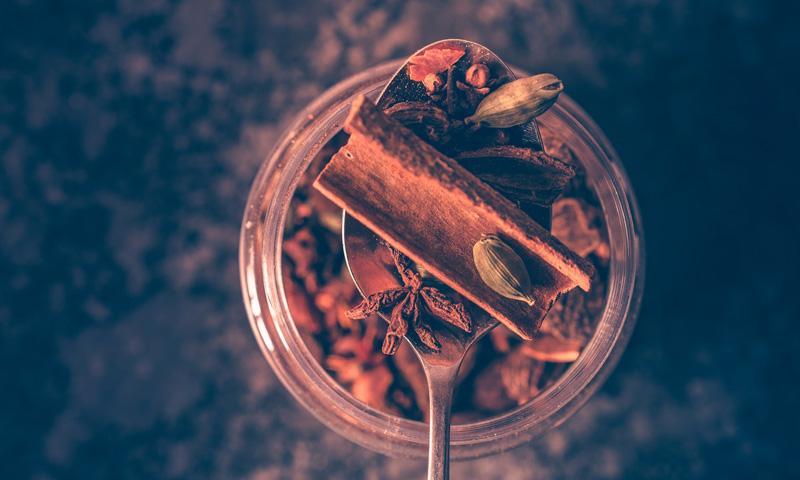 Fűszerek a tradicionális jógi tea elkészítéséhez.
